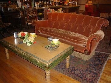 Le canapé - © http://fr.wikipedia.org/wiki/Friends#mediaviewer/Fichier:Friends_Central_Perk_couch.jpg