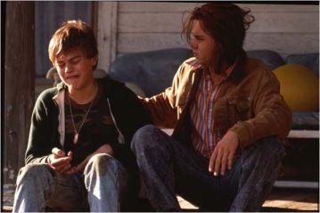 Gilbert et Arnie (Depp et DiCaprio) - © http://www.allocine.fr/film/fichefilm-9835/photos/detail/?cmediafile=18923142