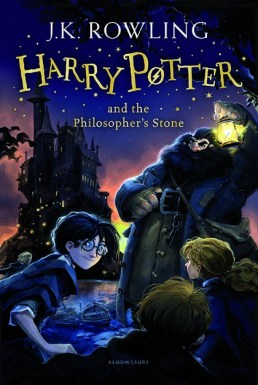 Couverture VO du premier tome - © http://www.bloomsbury.com/uk/harry-potter-and-the-philosophers-stone-9781408855898/