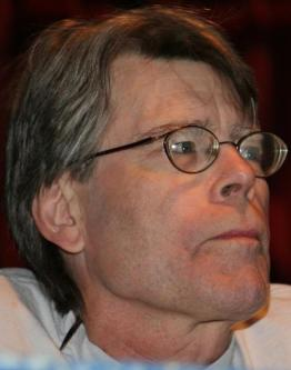 Stephen King - © http://commons.wikimedia.org/wiki/File:Stephen_King,_Comicon.jpg#mediaviewer/Fichier:Stephen_King,_Comicon.jpg