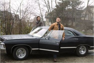 Dean, Sam et l'Impala (saison 9) - © http://www.allocine.fr/series/ficheserie-440/photos/detail/?cmediafile=21101874