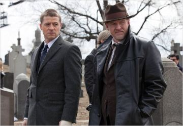 Jim Gordon et Harvey Bullock - © http://www.allocine.fr/series/ficheserie-16973/photos/detail/?cmediafile=21128348