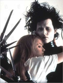 Johnny Depp et Winona Ryder (Edward et Kim) - © http://www.allocine.fr/film/fichefilm-27624/photos/detail/?cmediafile=18843815