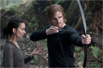 Oliver et Shadow (Celina Jade) sur l'île, saison 1 - © http://www.allocine.fr/series/ficheserie-10839/photos/detail/?cmediafile=20533248