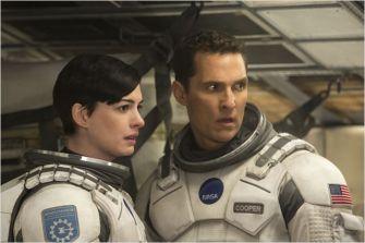 Cooper et Brand dans leur combinaison de la NASA - © http://www.allocine.fr/film/fichefilm-114782/photos/detail/?cmediafile=21144133