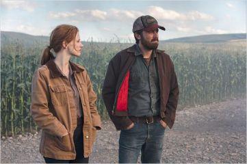 Jessica Chastain et Casey Affleck, Murphy et Tom adulte, près de leurs champs - © http://www.allocine.fr/film/fichefilm-114782/photos/detail/?cmediafile=21136293