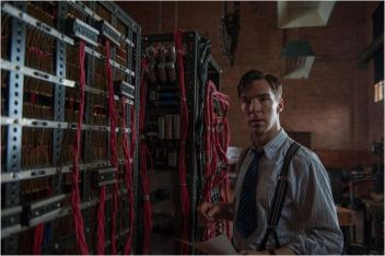 Alan Turing (Cumberbatch) et Christopher, sa machine - © http://www.allocine.fr/film/fichefilm-198371/photos/detail/?cmediafile=21068824