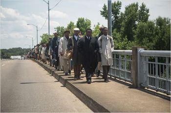 Sur le pont Pettus, King et le membre de SCLC John Lewis (Stephan James) - © http://www.allocine.fr/film/fichefilm-175581/photos/detail/?cmediafile=21168529