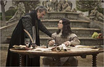 Le Cardinal (Peter Capaldi) et le Roi (Ryan Gage), saison 1 - © http://www.allocine.fr/series/ficheserie-11305/photos/detail/?cmediafile=21077690