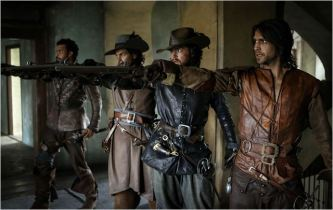 Porthos (Howard Charles), Aramis (Santiago Cabrera), Athos (Tom Burke) et D'Artagnan (Luke Pasqualino), saison 2 - © http://www.allocine.fr/series/ficheserie-11305/photos/detail/?cmediafile=21166613