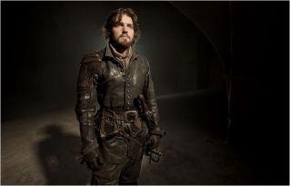 Le magnifique Athos (Tom Burke), saison 2 - © http://www.allocine.fr/series/ficheserie-11305/photos/detail/?cmediafile=21166543